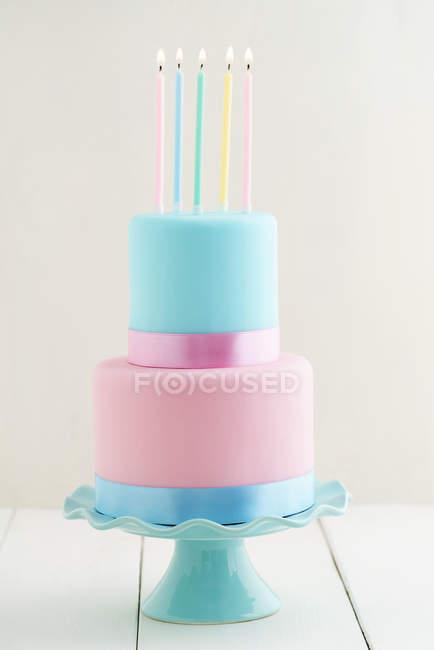 Праздничный торт со свечами, пастельные цвета — стоковое фото