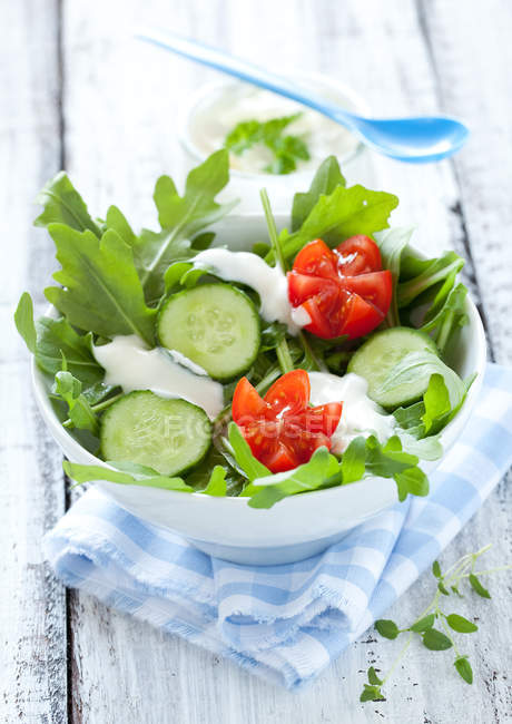 Mixed salad with arugula, cucumbers and red tomatoes — Stock Photo
