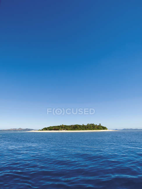 Island fiji in blue ocean water — Stock Photo