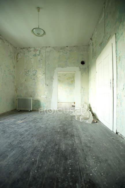 Ремонт старого жилого помещения — стоковое фото