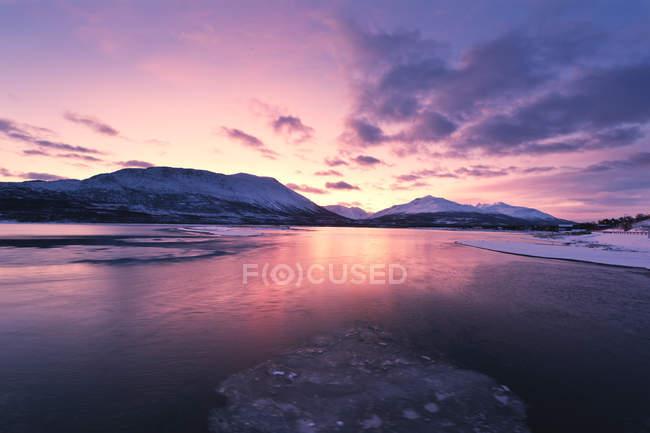 Coucher de soleil violet en soirée dans les montagnes de Norvège, l'eau de l'océan Arctique — Photo de stock