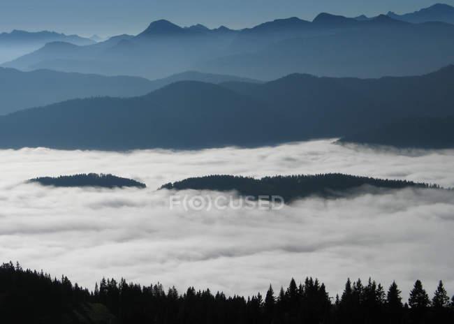 Chaîne de montagnes dans le brouillard et les nuages, Bavière — Photo de stock