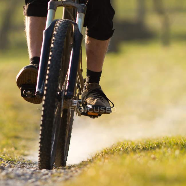 Велосипедисты верхом спортивный горный велосипед, частичный вид — стоковое фото