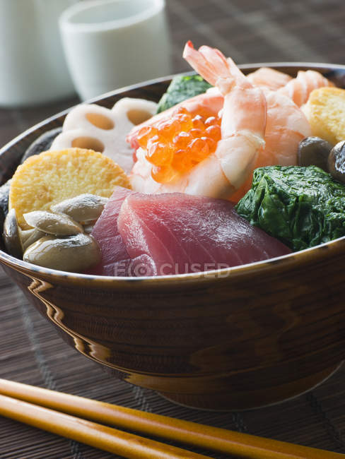Traditionelle japanische Chirashi Sushi Schale, Nahaufnahme — Stockfoto