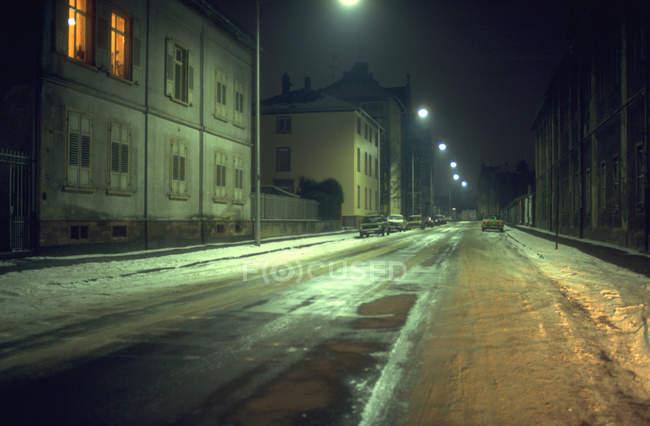 Case di città di notte con strada di strada in stagione invernale — Foto stock