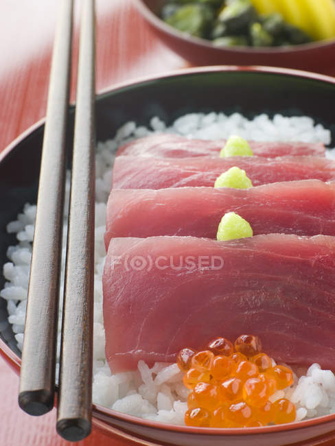 Крупним планом тунця сашимі та ікрою на Райс — стокове фото