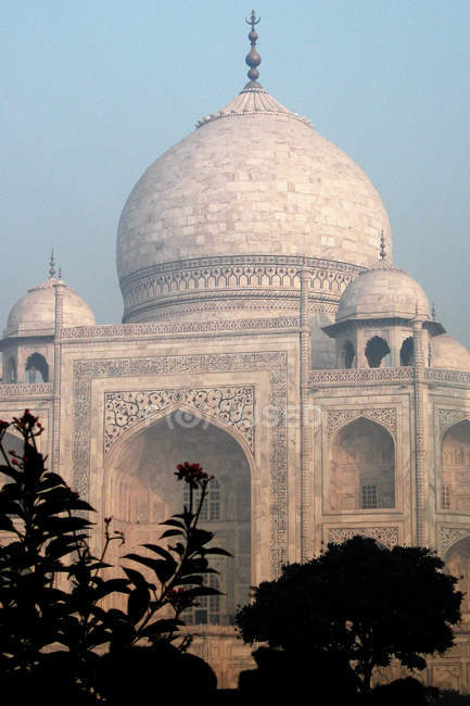 Taj mahal building dome and facade — Stock Photo