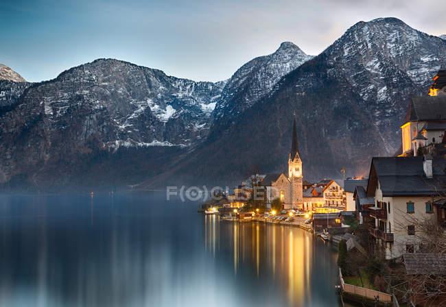Альпийские горы с озером в маленькой деревне Hallstatt — стоковое фото