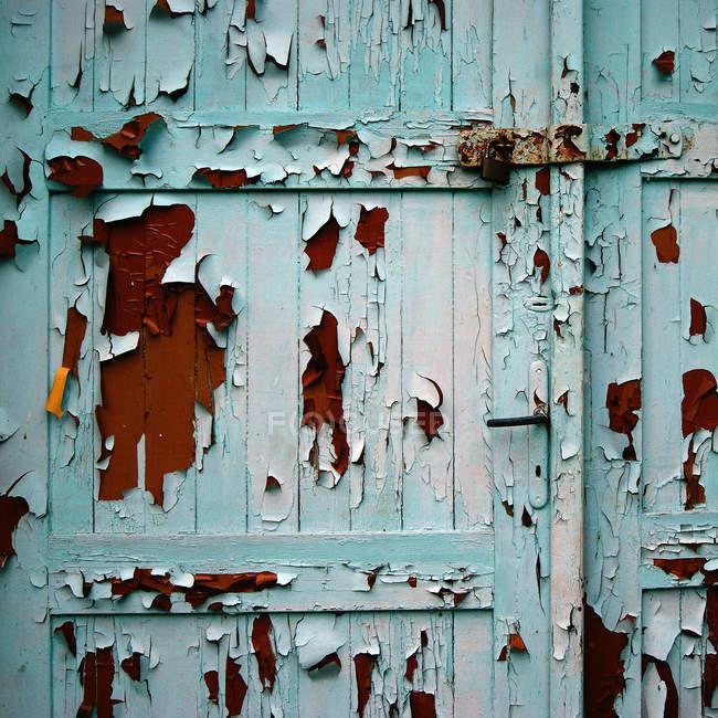 Шелушение поверхности деревянной двери — стоковое фото