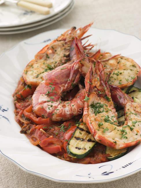 Gros plan du plat de fruits de mer aux écrevisses rôties et légumes — Photo de stock