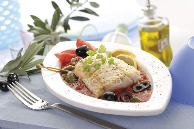 Філе окуня Нілу з оливками в овочевих соусі — стокове фото