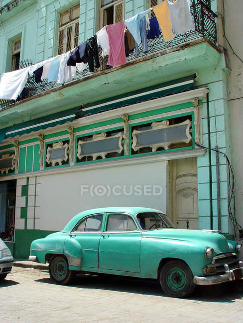 Old fashioned car at aged building house in Havana — Stock Photo