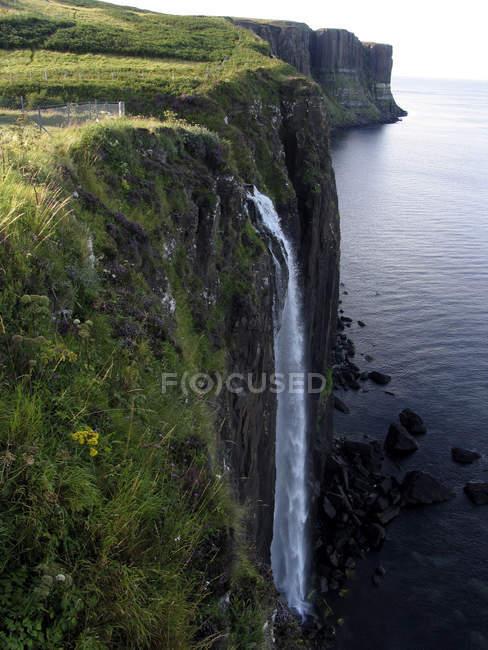 Шотландия скалы с водопадом в океане — стоковое фото