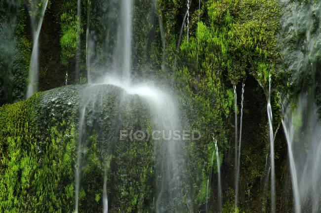 Поток воды водопад с вкраплениями — стоковое фото