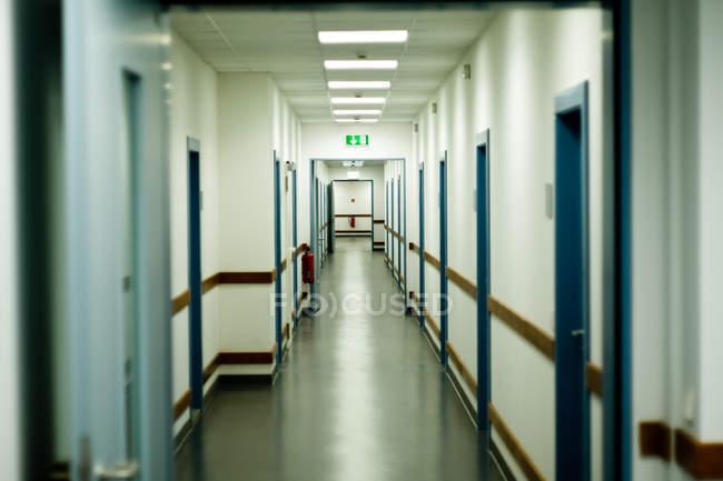 Общественное здание коридор с многие двери — стоковое фото