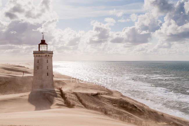 Море і піщані дюни з маяком, маяк Rubjerg Knude — стокове фото
