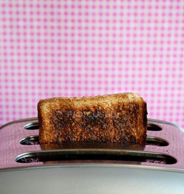 Хрустящая спалені тосту хліба в тостер — стокове фото