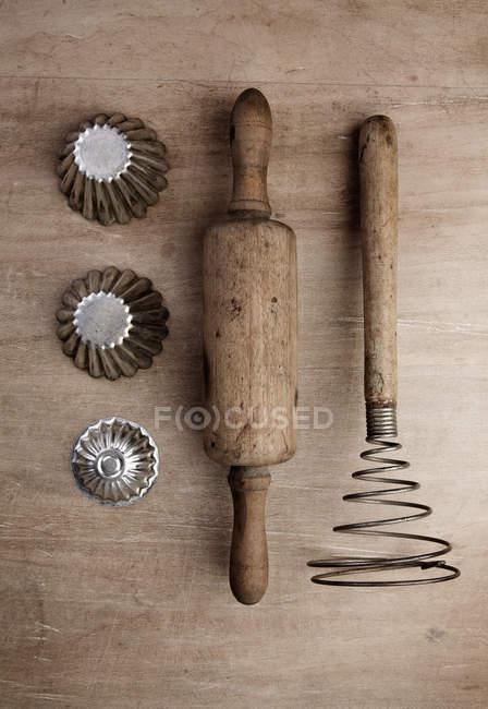 Старые кухонные инструменты выпечки, вид сверху вертикальный вид — стоковое фото