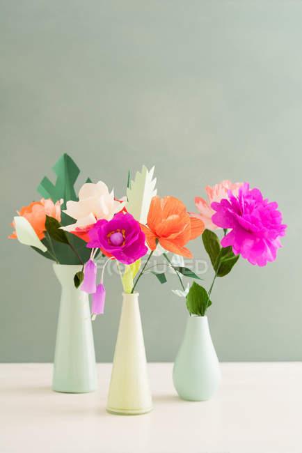 Креативные цветные бумажные цветы в вазах — стоковое фото