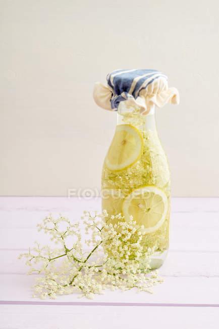 Amarela limonada com fatias de limão — Fotografia de Stock