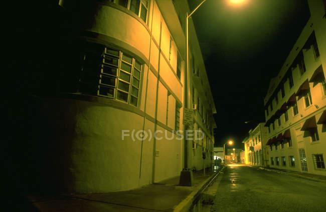 Noite cidade abriga com rua road — Fotografia de Stock