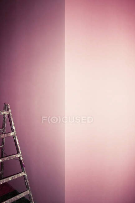 Pink walls in room and corner with ladder — Stock Photo