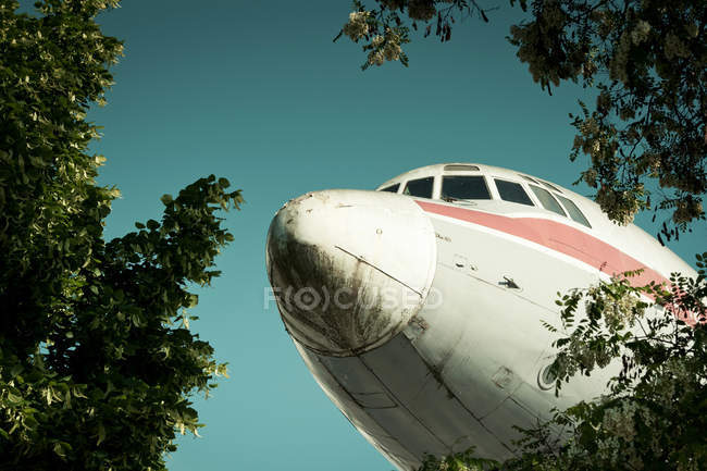 Airplane, nose cone against blue sky, low angle shot, cropped image — Stock Photo