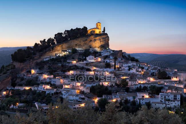 Iglesia en la colina, españa, granada, montefrio - foto de stock