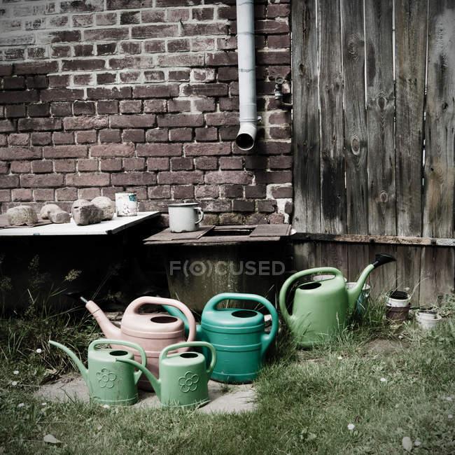 Jardín con regaderas - foto de stock