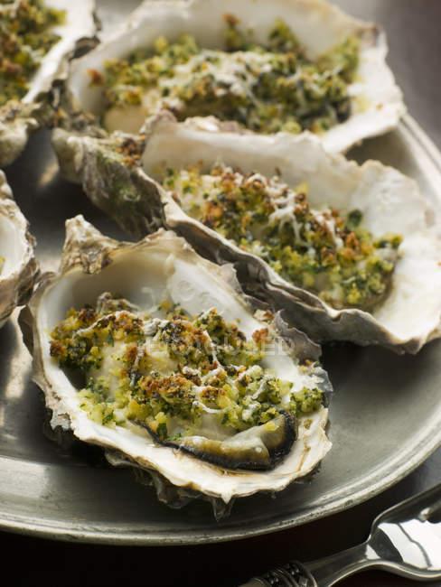 Prêt d'huîtres en coquilles sur la plaque, closeup — Photo de stock