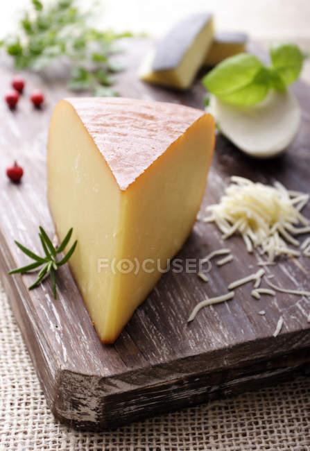 Деревянные доски с сыром и розмарином — стоковое фото