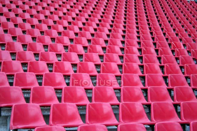 Asientos estadio vacío rosa, marco completo - foto de stock