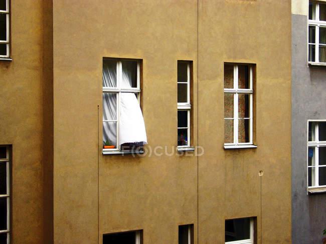 Construcción de casa con ventanas y cortinas - foto de stock