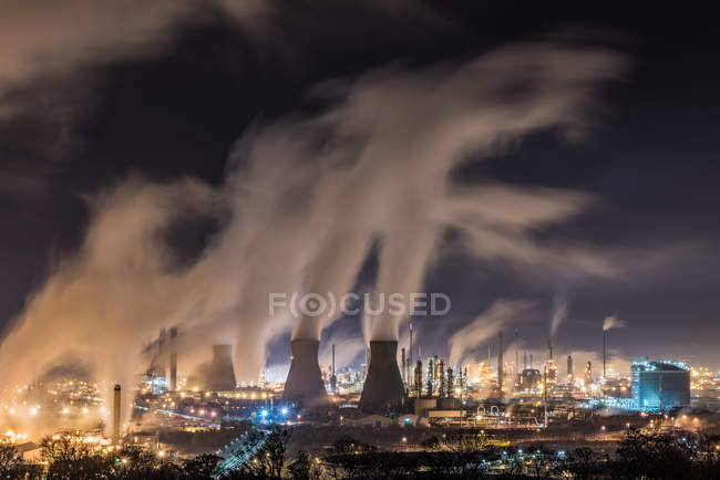 Fábrica industrial com fumaça poluição, refinaria de Grangemouth — Fotografia de Stock
