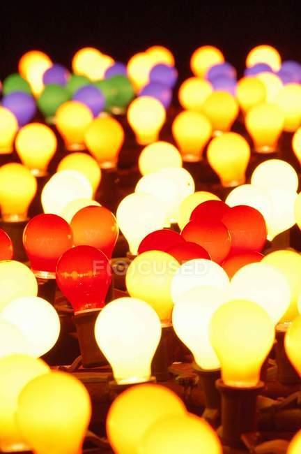 Lampadine illuminate colorate, cornice completa — Foto stock