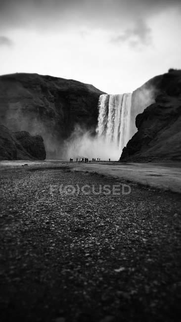 Cascade de Skogafoss dans la nature en Islande, noir et blanc — Photo de stock