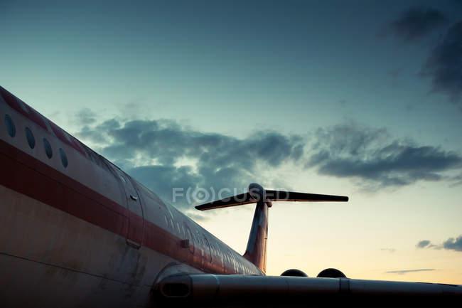 Самолет в аэропорту, вечером небо с облаками — стоковое фото