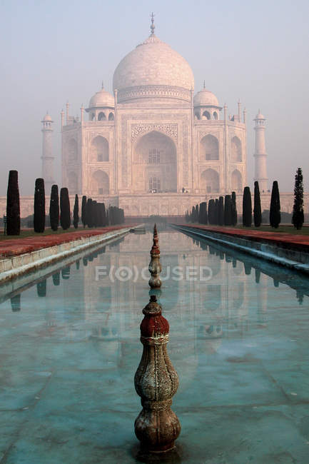 Marble taj mahal in India and pool with water — Stock Photo