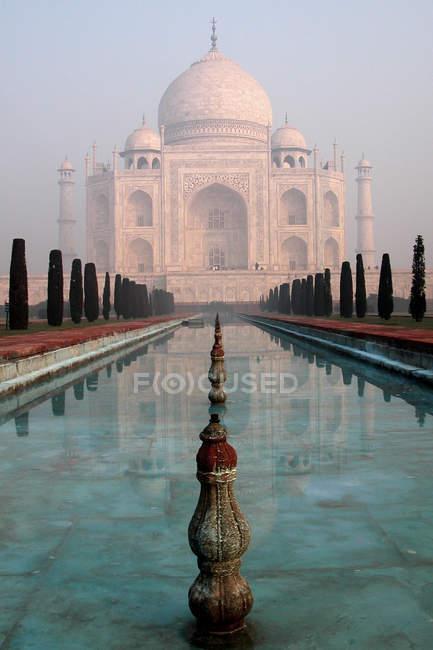 Мрамор Тадж-Махал в Индии и бассейн с водой — стоковое фото