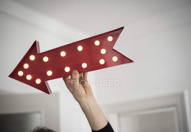 Обрезанное изображение лица стрелка красный электронный рекламный щит — стоковое фото