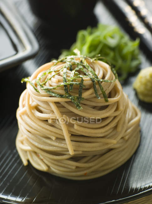 Cuisine asiatique, soba, nouilles au sarrasin — Photo de stock