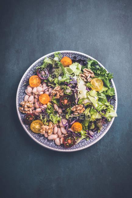 Gemischter vegetarischer Salat im Teller, Ansicht von oben — Stockfoto