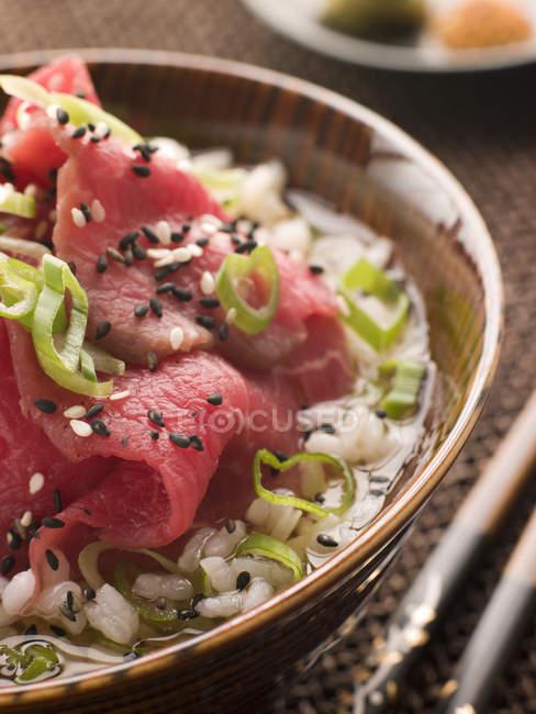 Крупним планом японський рис суп з м'ясом — стокове фото