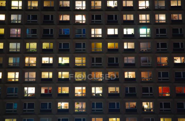 Casa de Consejo, disparo nocturno del edificio con las ventanas y luces - foto de stock
