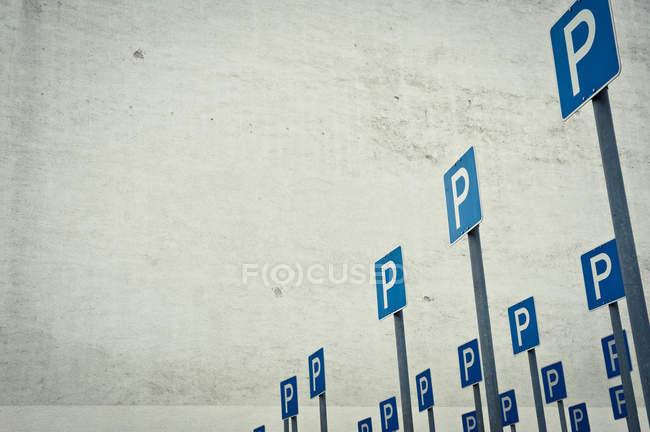 Estacionamiento con señales de tráfico azul - foto de stock