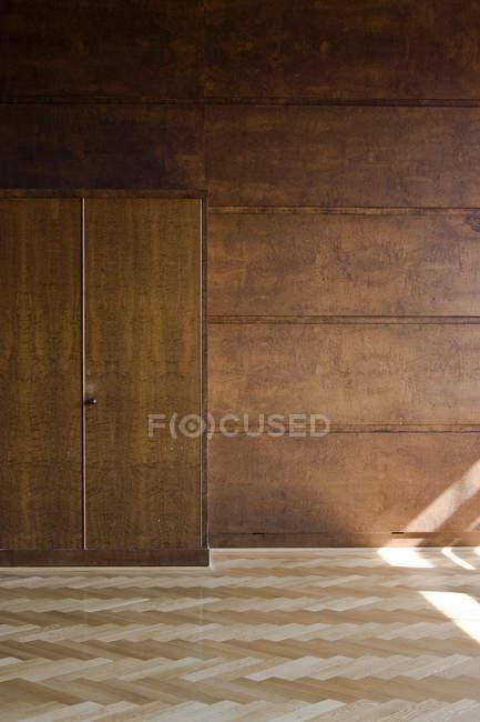 Vide chambre armoire en bois avec porte, intérieur avec boiseries — Photo de stock