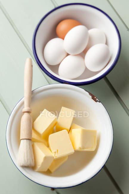 Cozer os ingredientes na mesa, manteiga e ovos — Fotografia de Stock