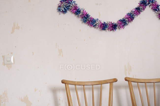 Прикраси учасника на стіні та обітнутого дерев'яні стільці — стокове фото