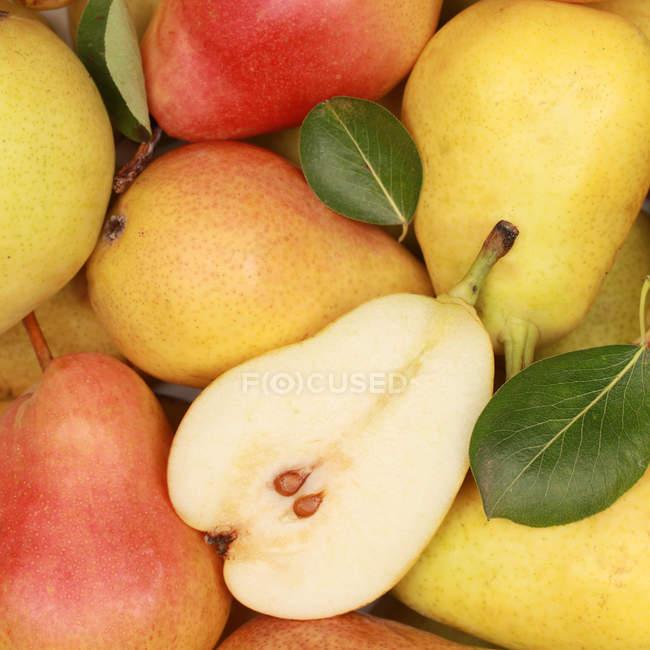 Peras maduras frescos coloridos - foto de stock