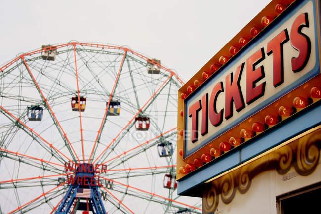 Grande roue et billets boutique — Photo de stock